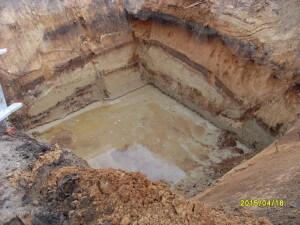 De uitgegraven put voor de regenwatertank van 5000 liter